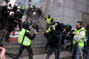 """Βρυξέλλες: Όργιο… συλλήψεων – Από τα 1.000 """"κίτρινα γιλέκα"""" συνέλαβαν τα 400! [pics]"""