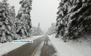 Καιρός: Εικόνες στο πνεύμα των Χριστουγέννων – 80 πόντους χιόνι στα ορεινά των Τρικάλων [pics, video]