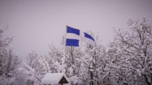 Καιρός: Η ελληνική σημαία δίνει χρώμα στο λευκό σκηνικό – Οι εικόνες της ημέρας στα χιόνια [pics, video]