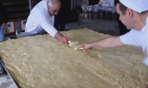 Χαλκιδική: Χριστόψωμο 400 κιλών στην Αρναία – Το έθιμο που χάνεται στα βάθη των χρόνων – video