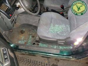 Λακωνία: Οι εικόνες της νέας επίθεσης σε θηροφύλακες – Γυαλιά καρφιά το αυτοκίνητό τους [pics]