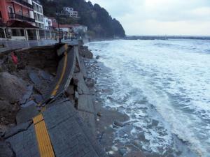 Πήλιο: Η στιγμή που δρόμος καταρρέει και πέφτει στη θάλασσα – Η εξήγηση της καταστροφής [pics]