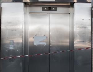 Πάτρα: Άνοιξαν την πόρτα του ασανσέρ και είδαν αυτές τις εικόνες – Μάνα και κόρη έμειναν άφωνες [pics]
