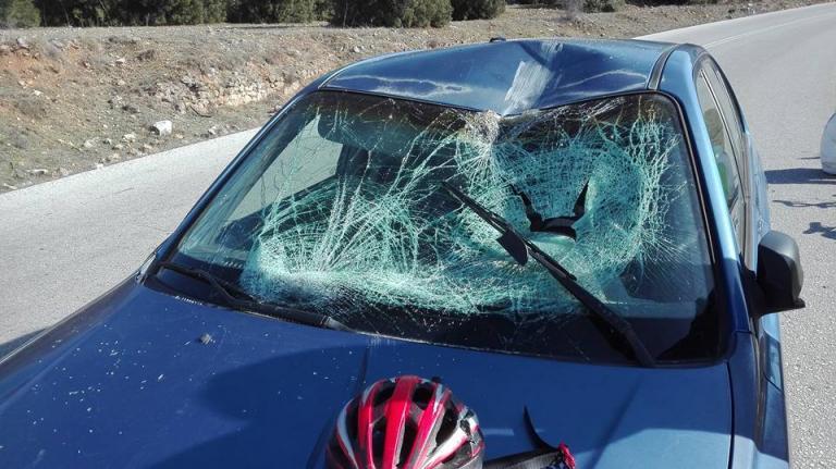 Λάρισα: Αυτοκίνητο έπεσε πάνω σε ποδηλάτες – Οι εικόνες του τροχαίου – Δύο οι τραυματίες [pics]