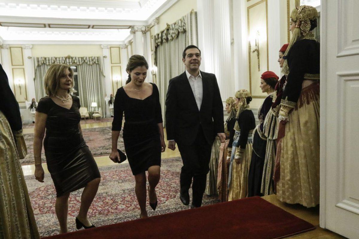 """Δείπνο για τον Πρόεδρο του Ισραήλ: Το """"πηγαδάκι"""" Τσίπρα – Μητσοτάκη και η υπέρλαμπρη Μπέτυ Μπαζιάνα"""