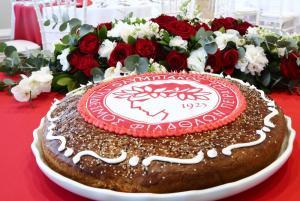 """Ο Ολυμπιακός έκοψε την Πρωτοχρονιάτικη πίτα! Οι τυχεροί """"ερυθρόλευκοι"""" [pics]"""