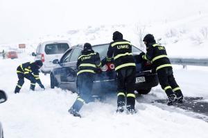 """""""Χάος"""" από τον χιονιά στην Ισπανία: Οικογένειες εγκλωβίστηκαν στα αυτοκίνητα τους μέσα στο κρύο για ώρες"""
