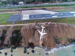 Τρομακτικές στιγμές! Αεροπλάνο «γλίστρησε» από τον διάδρομο προσγείωσης και βρέθηκε στον γκρεμό [vids]