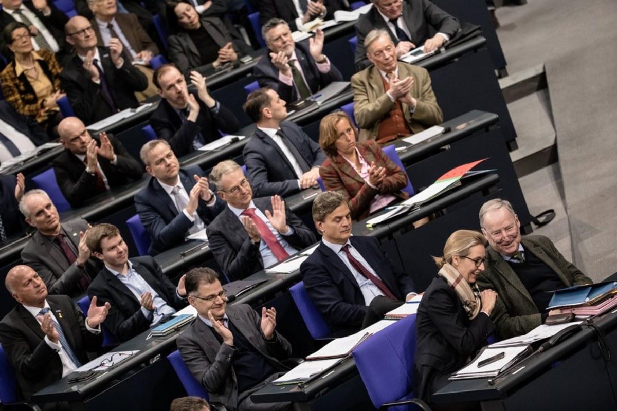 """Γερμανία: """"Τρίβουν τα χέρια"""" τους οι ακροδεξιοί με την σύμπραξη Μέρκελ – Σουλτς"""