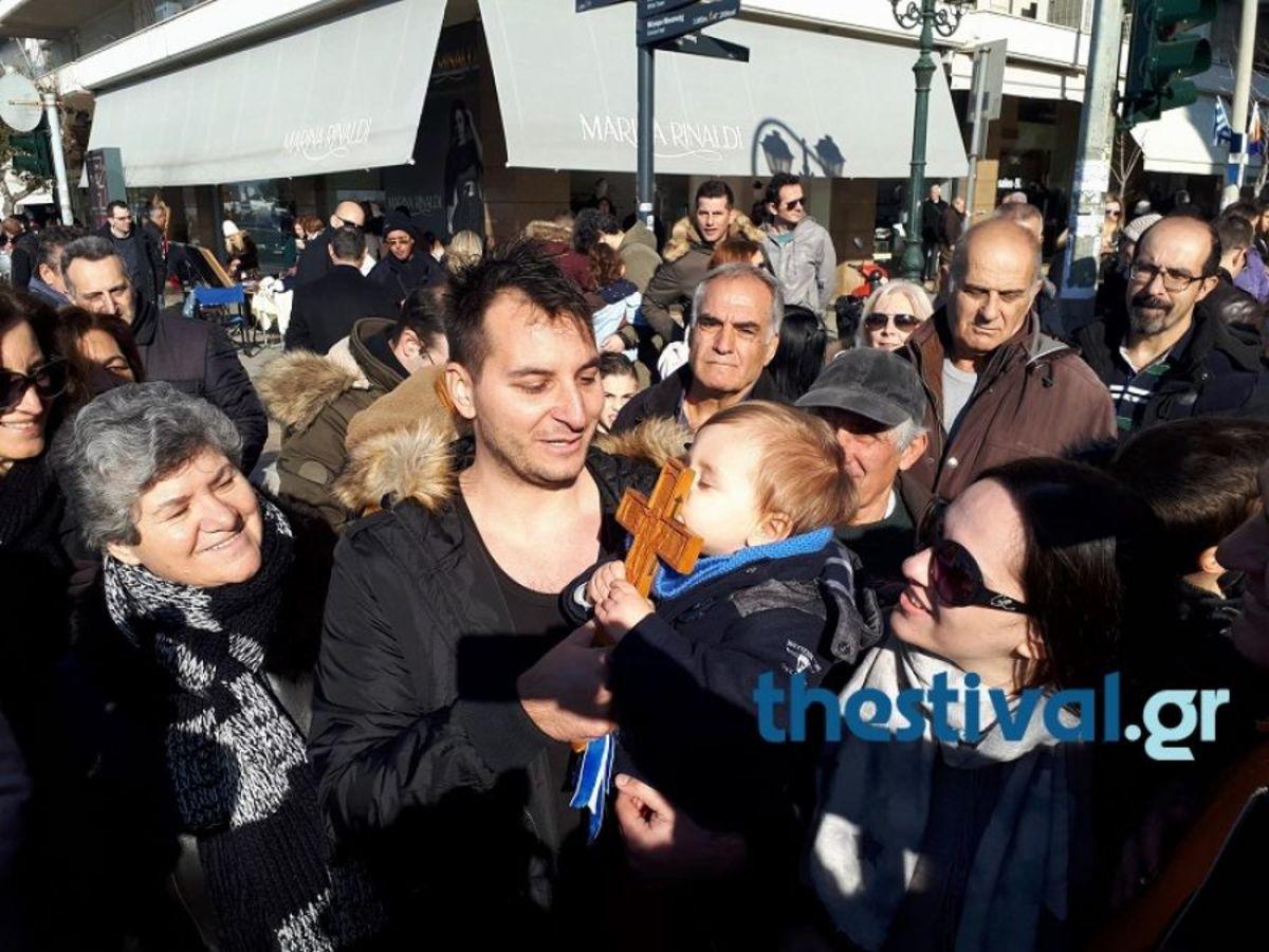 Φώτα 2018: Αστυνομικοί έπιασαν τον Σταυρό σε Θεσσαλονίκη και Βόλο [pics, vids]