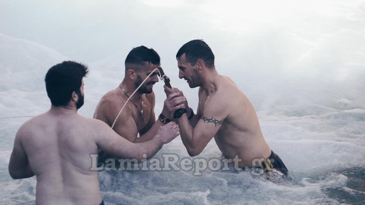Φώτα 2018: Τρεις θαρραλέοι φίλοι βούτηξαν στον Γοργοπόταμο για τον Σταυρό [pics, vid]