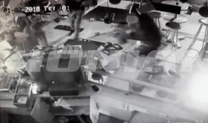 """Οι κλέφτες στην κάμερα! Κουκουλοφόροι """"άδειασαν"""" κατάστημα εστίασης [vid]"""