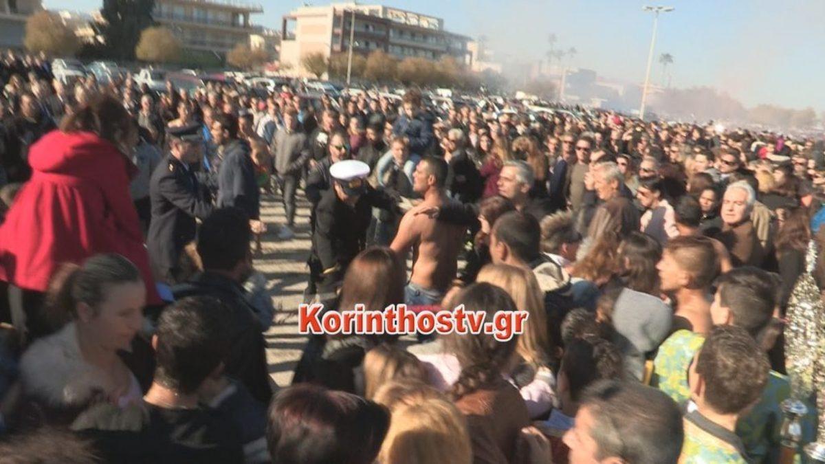 Θεοφάνεια 2018: Έπεσαν μπουνιές για τον Σταυρό – Εικόνες ντροπής και… άγιο ξύλο στο Κιάτο! [pics, vid]