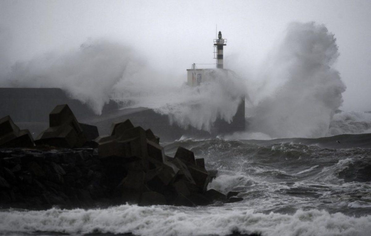 Πλησίασαν να δουν τα κύματα και αυτά τους παρέσυραν στον θάνατο – Τραγωδία για ζευγάρι ηλικιωμένων