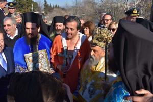 Θεοφάνεια 2018: Έπεσε για πρώτη φορά και έπιασε τον Σταυρό – Ο τυχερός βιβλιοπώλης στη Λάρισα [vids]