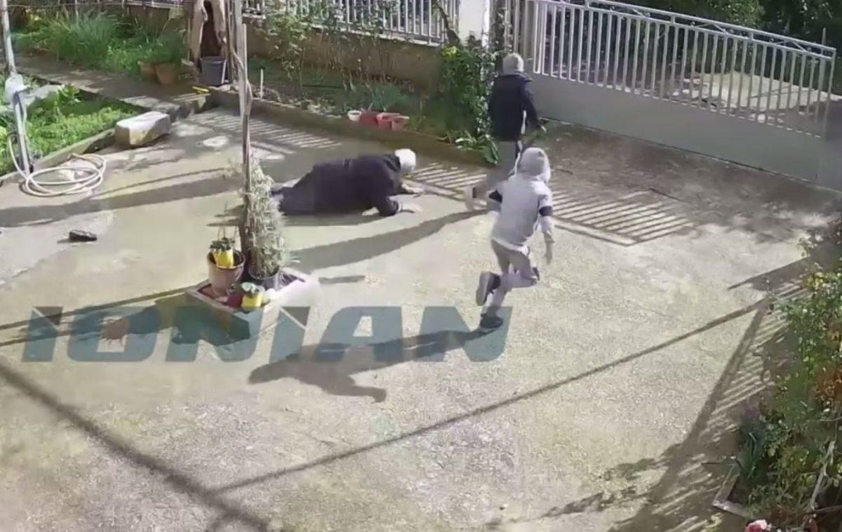 Καρέ καρέ η επίθεση ανήλικων τσιγγάνων σε γιαγιά για να της πάρουν την τσάντα [vid]