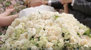 Ένα νυφικό φτιαγμένο εξ ολοκλήρου από λουλούδια