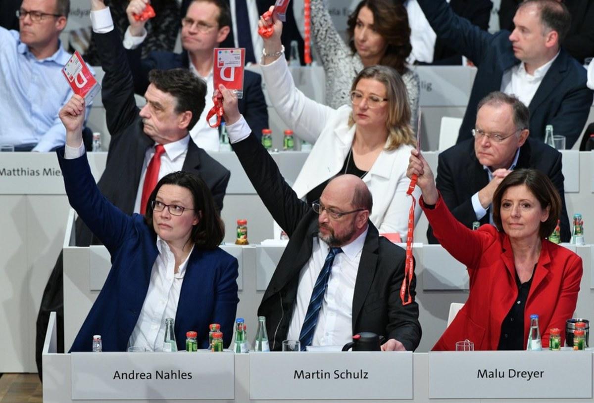 """Γερμανία: Τους έπεισε ο… Τσίπρας! Ναι του SPD στον """"μεγάλο συνασπισμό"""" με τη Μέρκελ"""