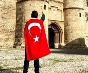 """Ρόδος: Έβγαλε αυτές τις φωτογραφίες και άναψαν τα αίματα – """"Τα νησιά είναι Τουρκικά""""!"""