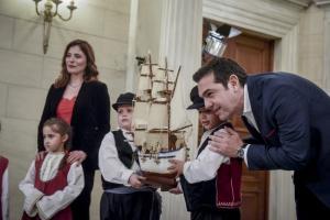 Ο μπαμπάς Αλέξης Τσίπρας: Τα παιδιά, το πρωινό ξύπνημα και η ατάκα του… βενιαμίν