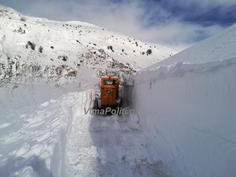 «Θάφτηκε» στα χιόνια το Βελούχι [pics, vids]