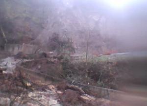 Τρίκαλα: Αποκλεισμένοι στην κακοκαιρία – Κατολίσθηση έκοψε δρόμο στα δύο – Προσπάθειες να φτάσουν στο ζευγάρι [pics]