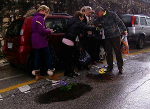 Κέρκυρα: Έκλεισαν τις λακκούβες στους δρόμους με λουλούδια – Η απάντηση των κατοίκων στην αδιαφορία [pics]