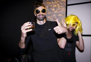 ΑΕΚ: Γλέντι για την κούπα με… κίτρινες περούκες! [pics]