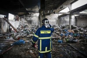 Ένας νεκρός από την πυρκαγιά στο εργοστάσιο στη Μάνδρα