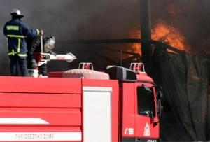 """""""Στο πόδι"""" η Πυροσβεστική: Φωτιά σε εργοστάσιο στη Μάνδρα"""