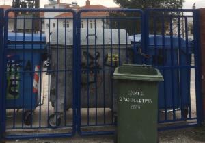 Θεσσαλονίκη: Έκλεισαν τις εισόδους του σχολείου με κάδους – Υπό κατάληψη λύκειο στο Ωραιόκαστρο [pics]