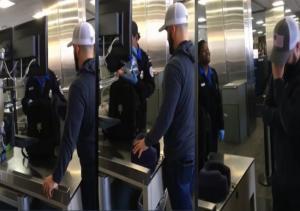 Ρεζίλι στο αεροδρόμιο! Η… πονηρή φάρσα πατέρα στο γιο του! [vid]