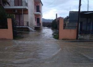 """Λάρισα: """"Βενετία"""" ξανά ο Αγιόκαμπος – Πλημμύρισαν σπίτια και κόπηκε ο δρόμος προς Σκήτη [pics]"""