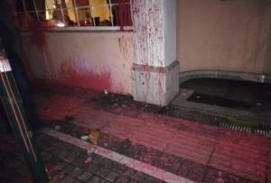 Πάτρα: Πέταξαν πέτρες και μπογιές στο ξενοδοχείο που θα μιλήσει ο Άδωνις [pics]