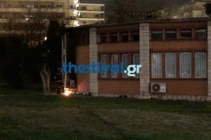 Θεσσαλονίκη: Επίθεση με γκαζάκια σε γραφείο του Υπουργείου Άμυνας – Οι τελευταίες φλόγες στο σημείο [pics, vid]