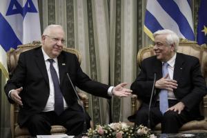 Του βγήκαν ξινά τα ντολμαδάκια – Έσπασε η καρέκλα του Προέδρου του Ισραήλ στο δείπνο με Παυλόπουλο