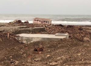 """Λάρισα: Η κακοκαιρία άλλαξε την όψη της περιοχής – Η θάλασσα """"εξαφάνισε"""" την αμμουδιά [pic, vids]"""