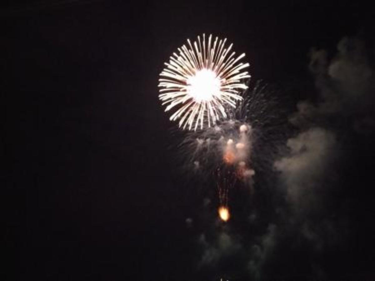 Πατρινό Καρναβάλι: Μετά από το μεγάλο πάρτι κάηκε και ο βασιλιάς Καρνάβαλος! Χορός, πυροτεχνήματα και πολλά χρώματα