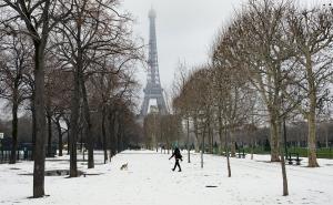 """Χιονιάς """"σαρώνει"""" την Γαλλία! Έκλεισε ο πύργος του Άιφελ"""