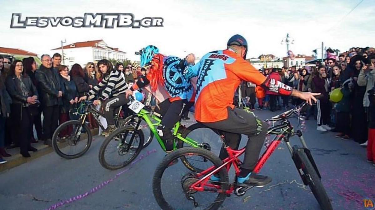 Λέσβος: Χόρεψαν ζεϊμπέκικο με… ποδήλατα [vid]