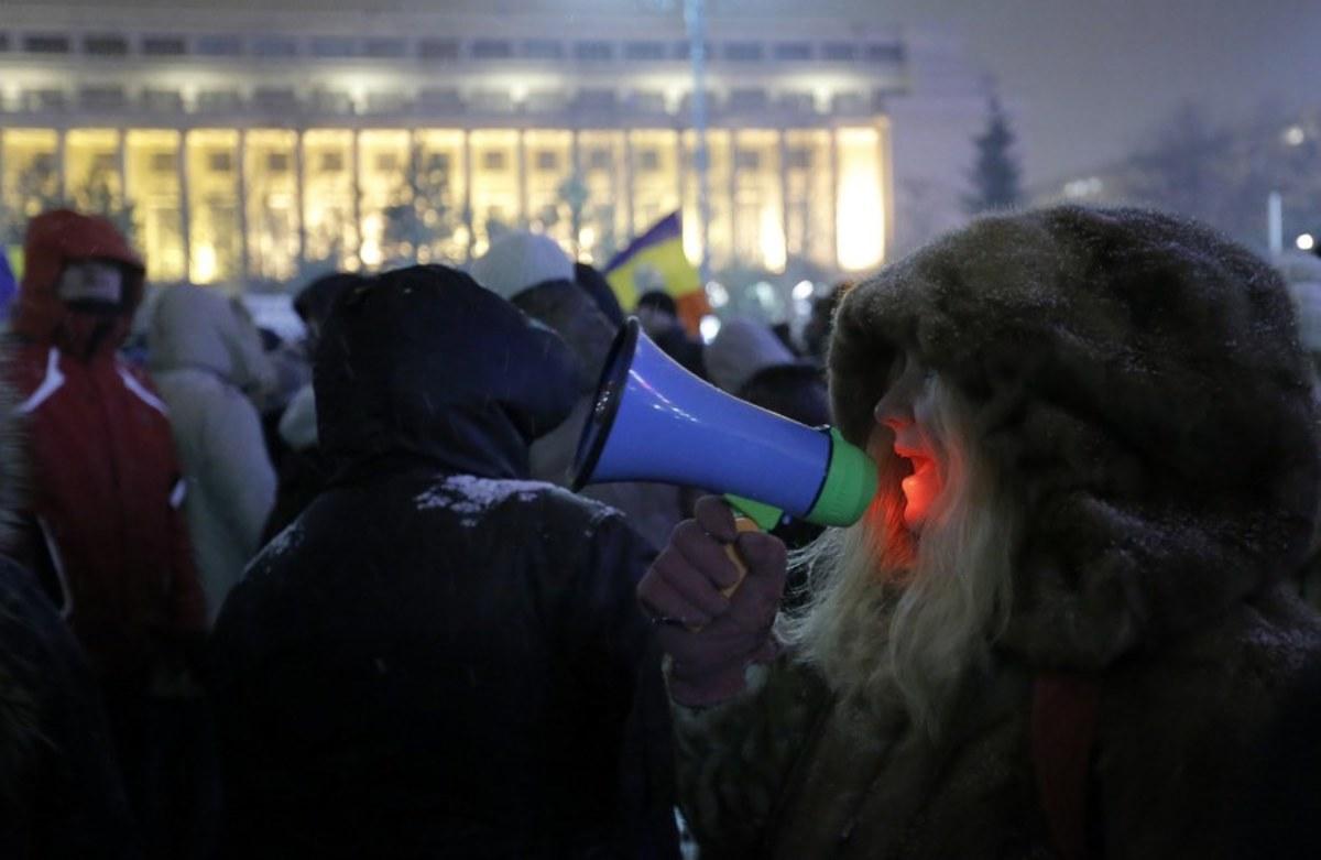 Ρουμανία: Εισαγγελέας διαφθοράς απειλείται με... αποκεφαλισμό - Χιλιάδες διαδήλωσαν για να την υποστηρίξουν