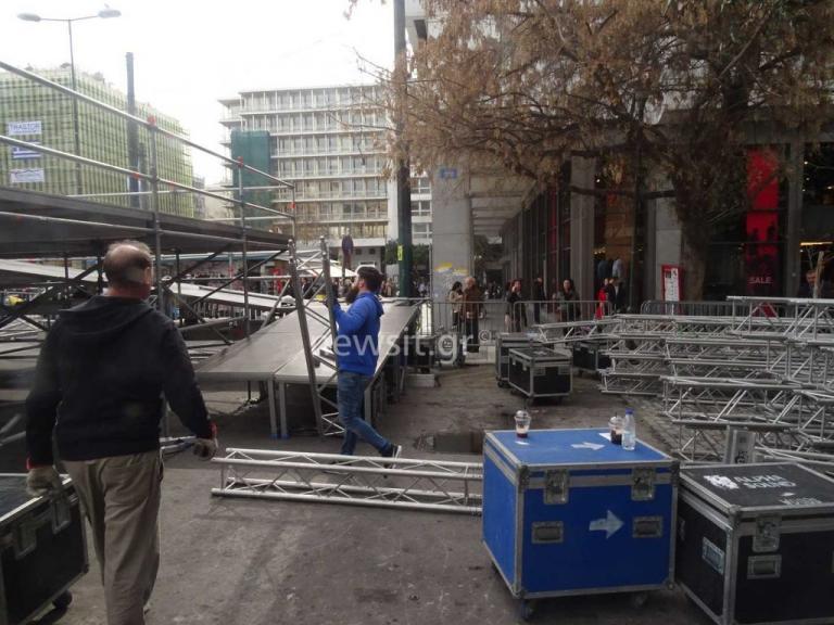 Συλλαλητήριο για την Μακεδονία: Πυρετός ετοιμασιών στο Σύνταγμα – Η εξέδρα, οι απειλές και οι πρώτοι διαδηλωτές