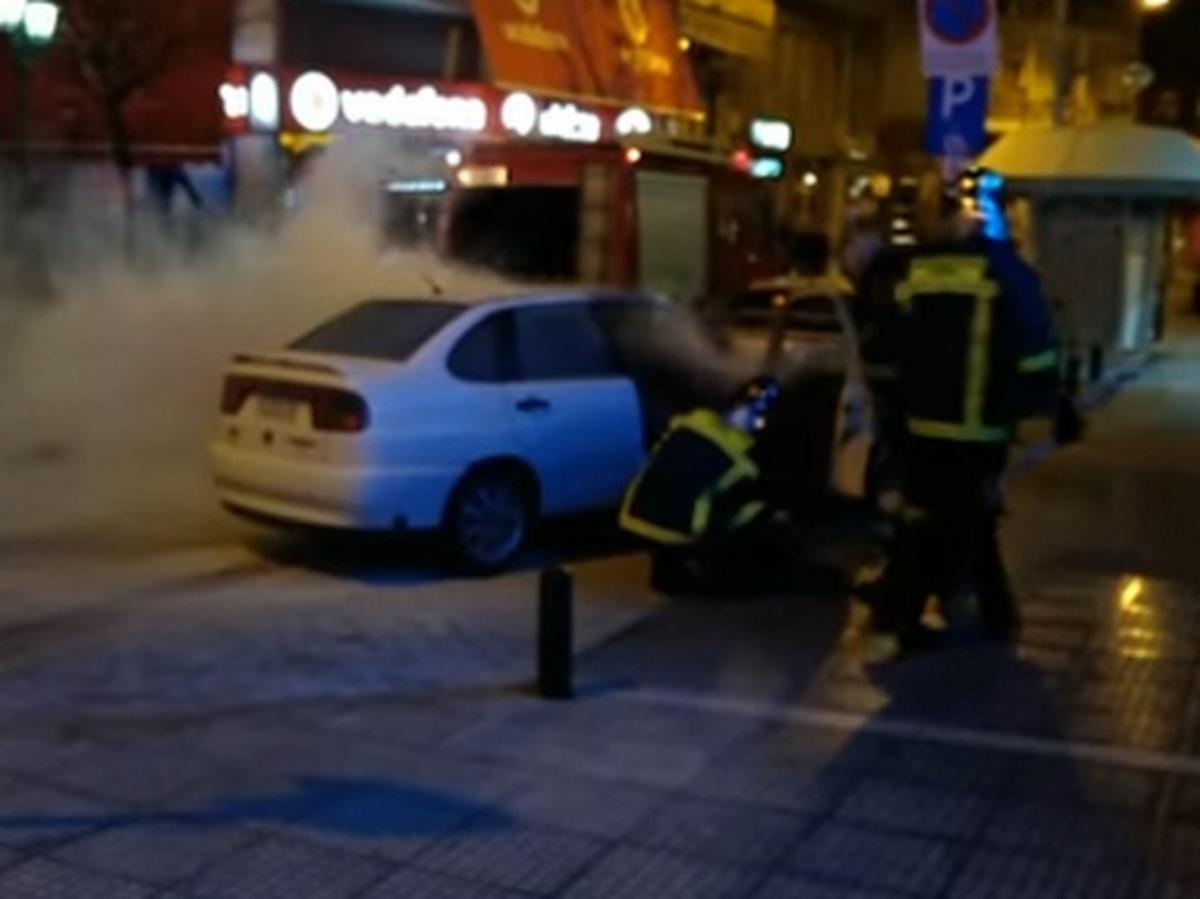 Κοζάνη: Εφιάλτης για οδηγό στο τιμόνι – Πήρε φωτιά το αυτοκίνητο την ώρα που οδηγούσε [vids]