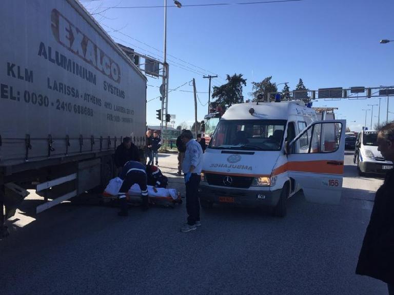 Λάρισα: Νεκρή γυναίκα στις ρόδες νταλίκας – Ανατριχιαστικές εικόνες μετά το φοβερό τροχαίο [pics]