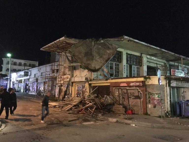 """Χαλκίδα: Κατέρρευσε τμήμα της δημοτικής αγοράς – Οι εικόνες που """"πάγωσαν"""" τους περαστικούς [pics, vid]"""