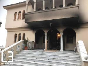 Θεσσαλονίκη: Οι εικόνες μετά την επίθεση με γκαζάκια στα γραφεία Μητρόπολης – Τα σημάδια της φωτιάς [pics, vids]
