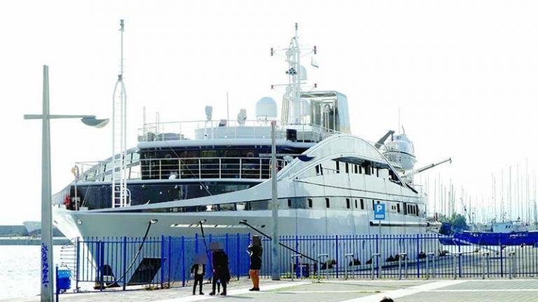 Καλαμάτα: Αυτό είναι το σούπερ γιοτ που μαγνητίζει τα βλέμματα μικρών και μεγάλων στο λιμάνι [pic]