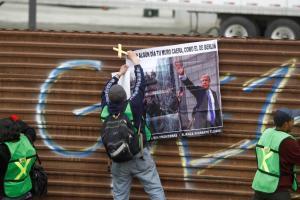 """Μεξικό: Φωνάζουν στον Τραμπ: """"Όχι στο τείχος"""""""