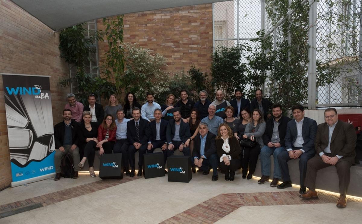 Ο Νάσος Ζαρκαλής - Πρόεδρος και Διευθύνων Σύμβουλος της WIND Ελλάς, ο Δρ Κωνσταντίνος Αξαρλόγλου - Πρύτανης, ALBA Graduate Business School, The American College of Greece, η Ιωάννα Τσίτουρα, Γενική Διευθύντρια Ανθρώπινου Δυναμικού με διευθυντικά στελέχη της εταιρείας και τους συμμετέχοντες του προγράμματος.