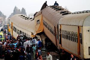 Αίγυπτος: Τουλάχιστον 15 οι νεκροί από τη σύγκρουση τρένων [pics, vids]
